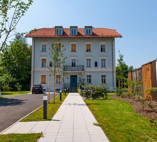 Vorgarten und Straßenansicht des historischen Hauses.