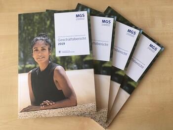 Vier Hefte des gedruckten Geschäftsberichts 2019 liegen aufgereiht auf einem Tisch.
